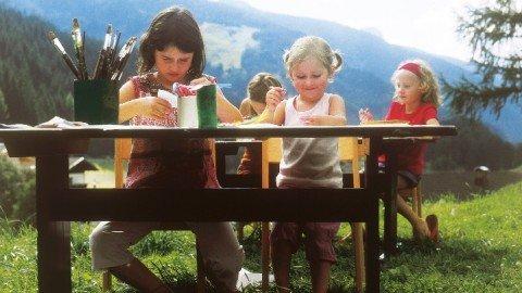 Kinder malen in der Natur