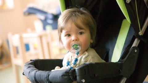 k baby in kinderwagen